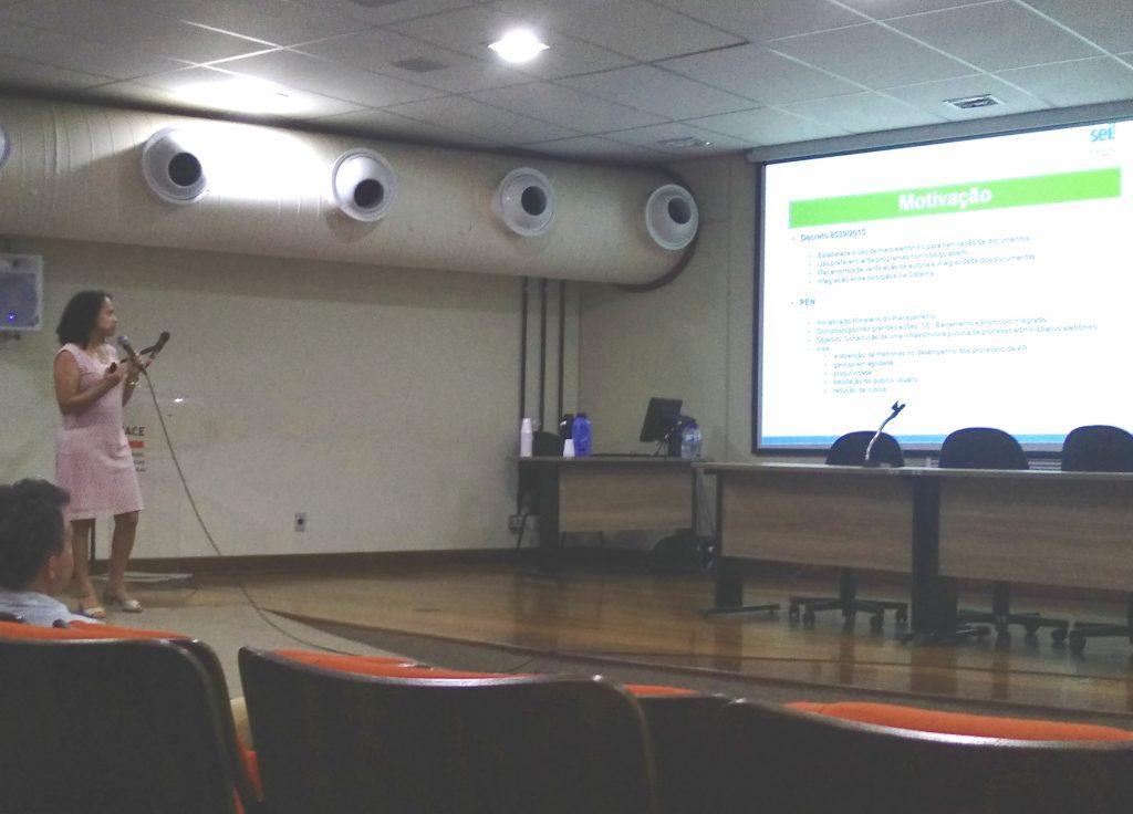 Karina apresentando o SEI! UFMG no 10º Encontro de Técnicos de TI da UFMG